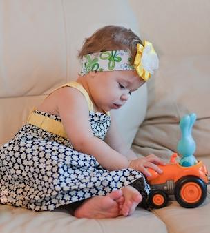 Маленькая девочка играет со своей игрушкой
