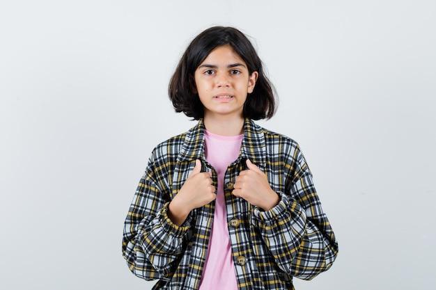 Маленькая девочка, указывая на себя в рубашке, вид спереди пиджак.