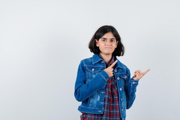 シャツ、ジャケットの右上隅を指して、自信を持って見える少女。正面図。