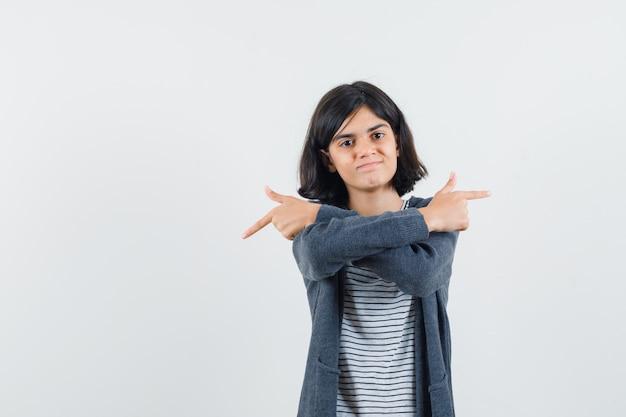 T- 셔츠, 재킷에 멀리 가리키는 자신감을 찾고 어린 소녀.