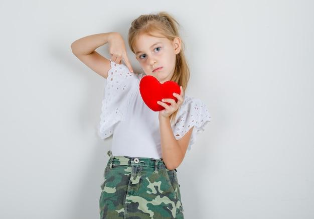 白いtシャツに赤いハートで小さな女の子の人差し指