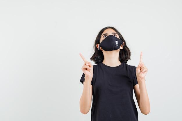 黒のtシャツ、マスクで上向きに、感謝の気持ちを込めて、正面から見た少女。