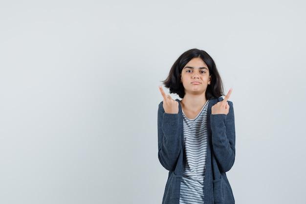 Tシャツ、ジャケットで上向きに、絶望的に見える少女