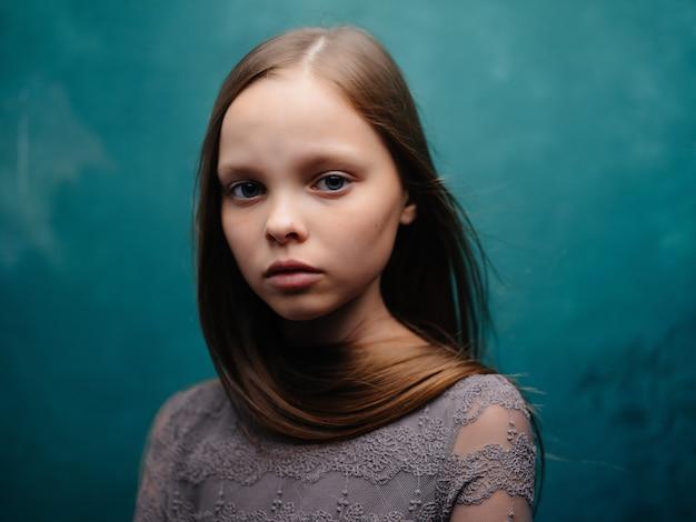 Маленькая девочка позирует гламур эмоции зеленый фон