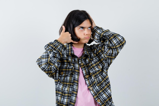 Bambina in posa come fare una telefonata in camicia, vista frontale della giacca.