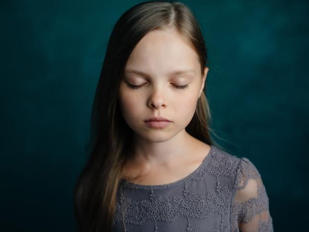 긴 머리 글래머 스튜디오 포즈를 취하는 어린 소녀