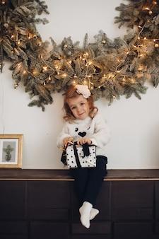 Маленькая девочка позирует на рождество