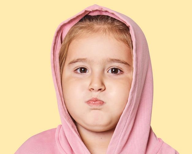 얼굴 초상화를 삐죽 내밀고 있는 어린 소녀, 아물다