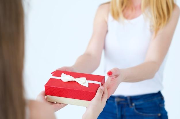 어린 소녀는 엄마에게 선물을 선물합니다.