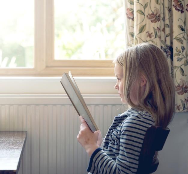 Маленькая девочка читает рассказ