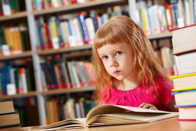 도서관에서 독서하는 소녀 무료 사진