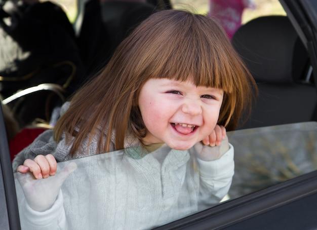 Маленькая девочка готова уехать в отпуск