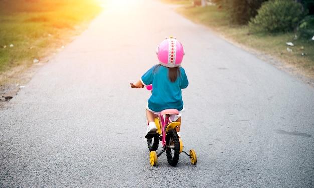 ストリートで少女が乗るbycicle