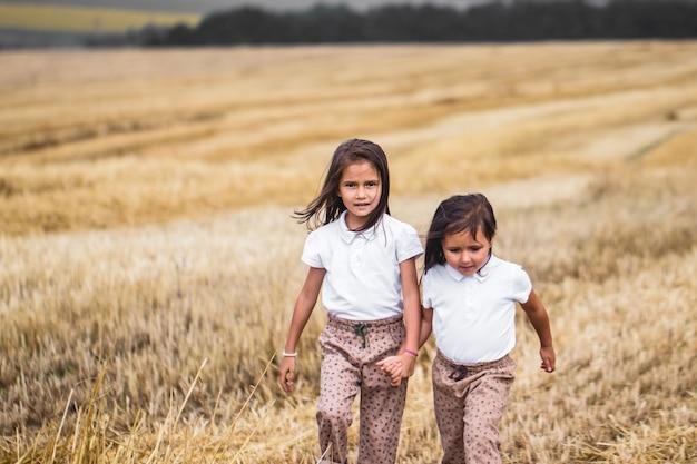 Маленькая девочка, бегущая по солнечному полю.