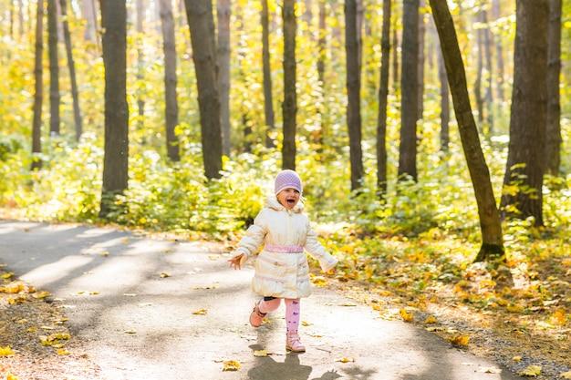 가을 공원에서도 실행하는 어린 소녀.