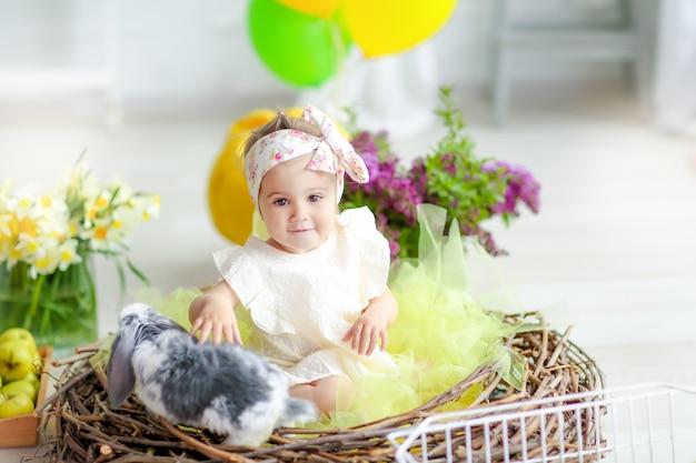 День рождения маленькой девочки в домашнем красивом интерьере