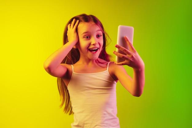 Портрет маленькой девочки, изолированные на неоновом фоне