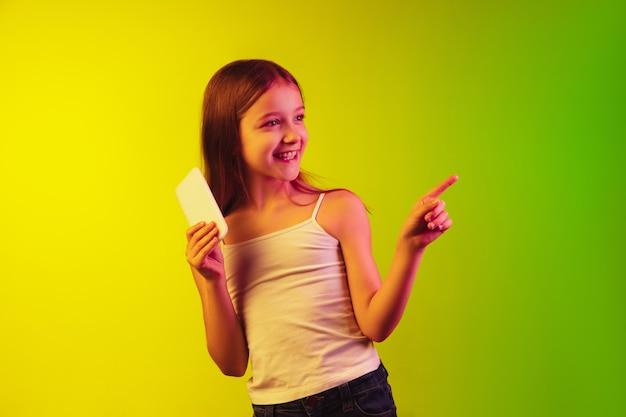 네온 배경에 고립 된 어린 소녀의 초상화
