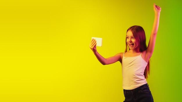 ネオンの壁に分離された少女の肖像画