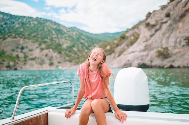 澄んだ海でボートに乗ってセーリング少女