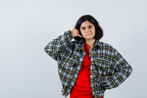 Bambina in camicia, giacca che fa gesto di telefonata, vista frontale.