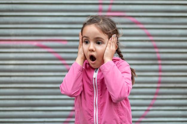 충격 된 어린 소녀