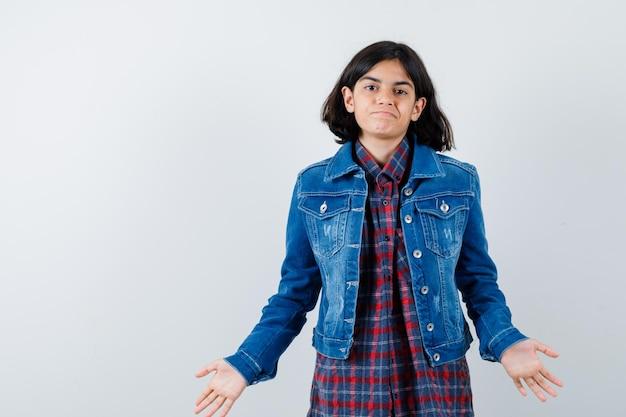 シャツ、ジャケットで無力なジェスチャーを示し、当惑した、正面図を探している少女。