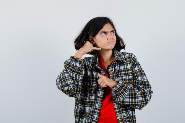 シャツ、ジャケットで電話のジェスチャーを示し、不満を探している少女、正面図。
