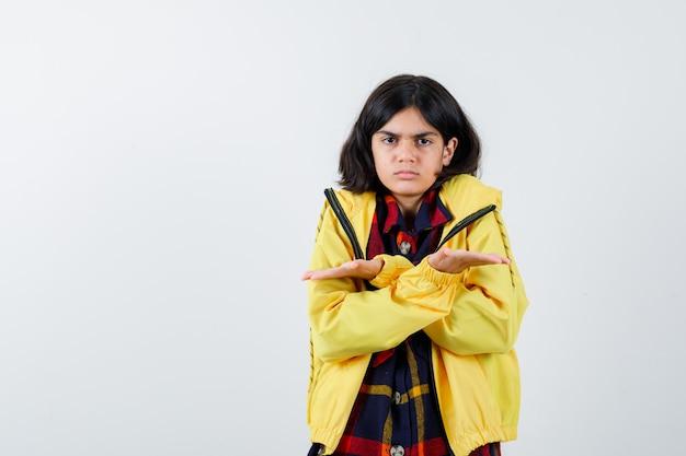 チェックシャツ、ジャケット、躊躇しているサイズのサインを示す少女