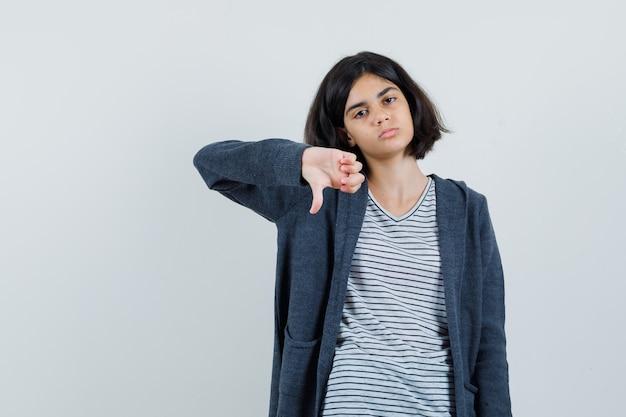 T- 셔츠, 재킷에 아래로 엄지 손가락을 보여주는 불만족 찾고 어린 소녀 무료 사진