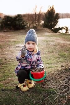 小さな女の子が散歩でバンプを披露