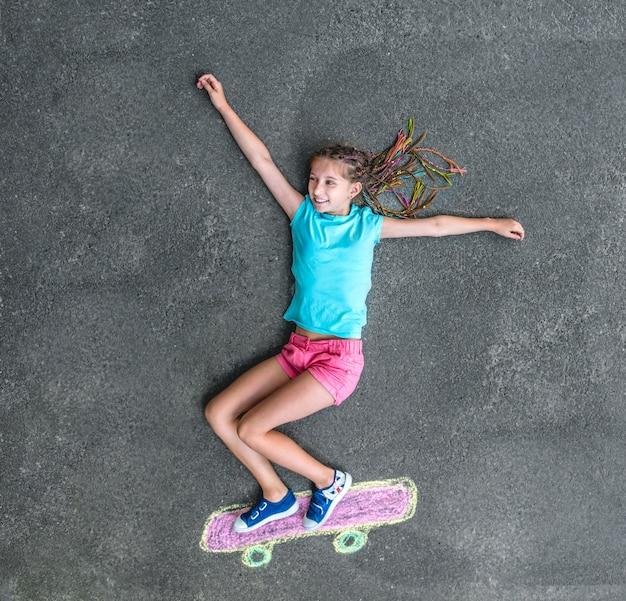 小さな女の子のスケートボード