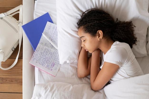 학교에 가기 전에 잠자는 어린 소녀