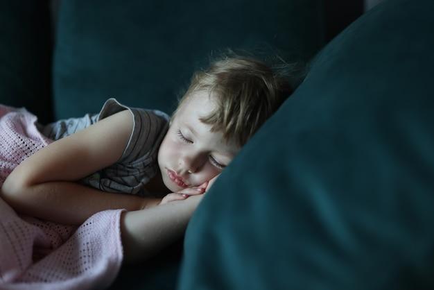 ソファーで寝ている少女