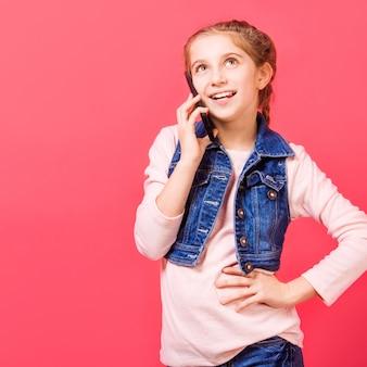 Маленькая девочка разговаривает по телефону