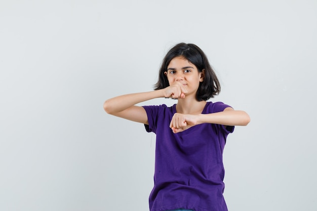 Tシャツで戦闘ポーズで立って自信を持って見える少女