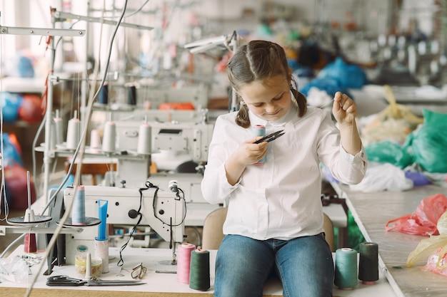 スレッドで工場に立っている女の子