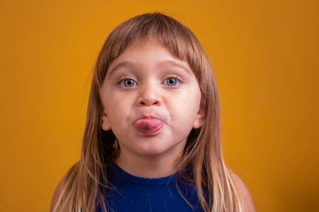 Маленькая девочка, высунув язык