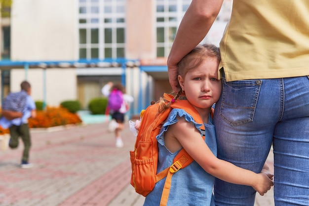The little girl stress she does not want to leave her mother.