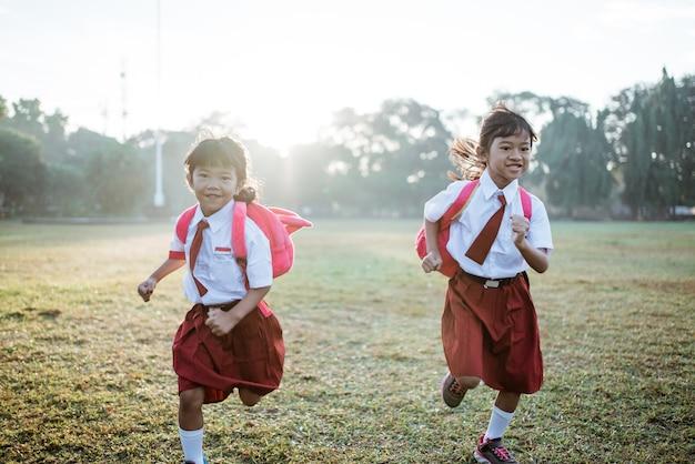 学校に通いながら一緒に走っている小学生