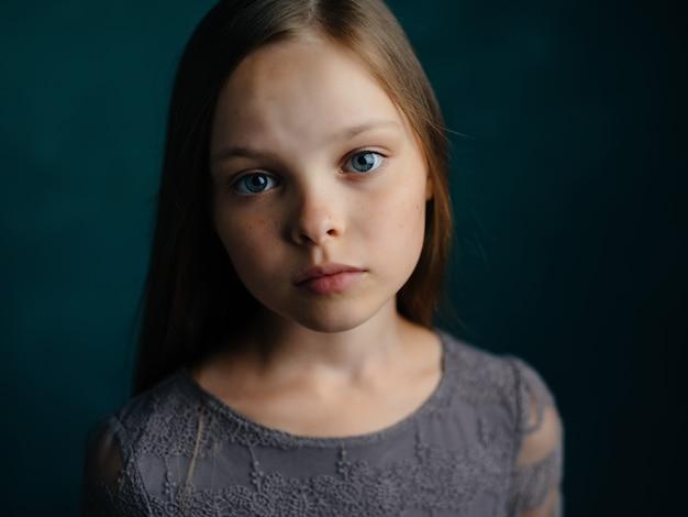 감정을 기반으로 어린 소녀 스튜디오 녹색 배경