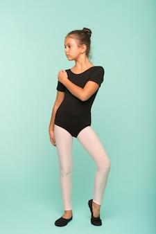 어린 소녀는 댄스 학교에서 춤을 공부합니다. 어린 소녀는 댄스 레슨을 받습니다. 우아함과 아름다움. 그녀는 완벽한 상태입니다.