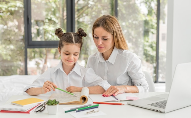 彼女の先生と一緒に家で勉強している女の子