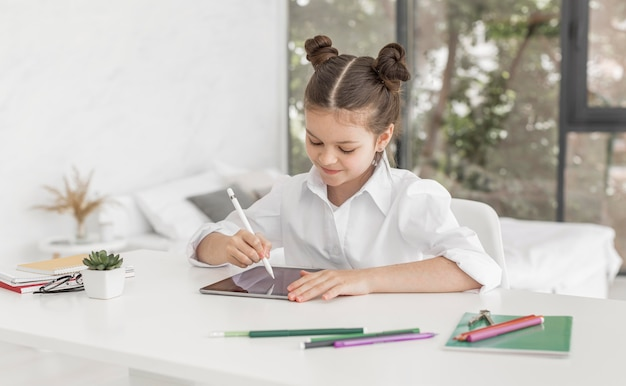 Маленькая девочка учится на дому