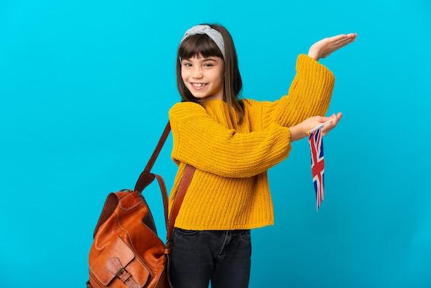青の背景に英語を勉強している少女が手を横に伸ばして来るように誘う