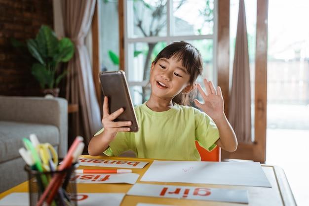 Маленькая девочка учится из дома