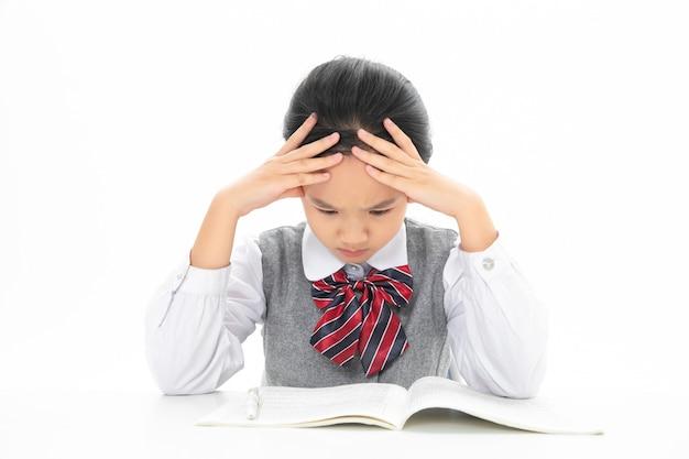 Маленькая девочка учится