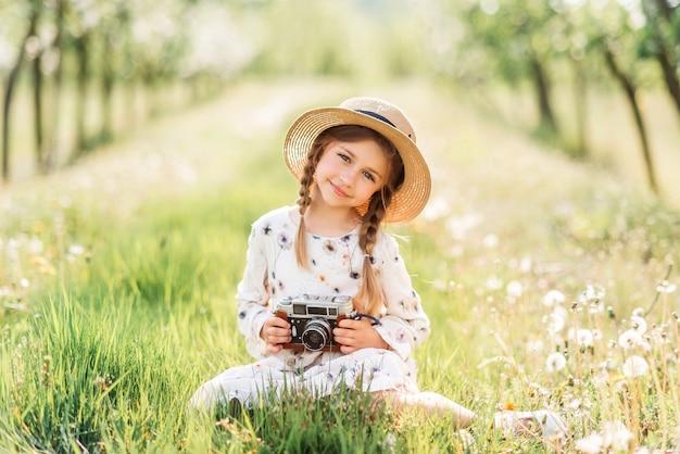 Маленькая девочка фотографировать с камерой винтаж Premium Фотографии