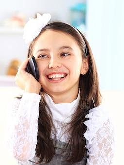 전화 통화하는 어린 소녀.