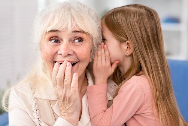 おばあちゃんに秘密を告げる少女